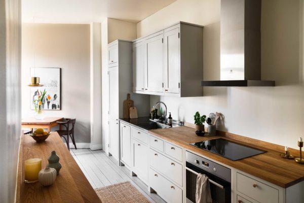 Köksinspiration avlångt ljusgrått kök från Skandinaviska Shakerkök
