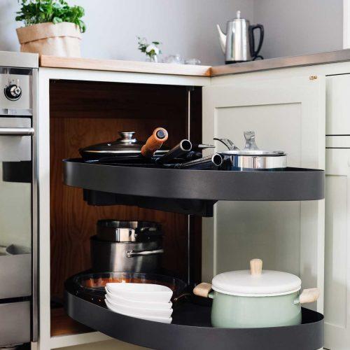 Köksinspiration hörnskåp karusell utdragshylla i Ljusgrönt kök i Ekobyn från Skandinaviska Shakerkök