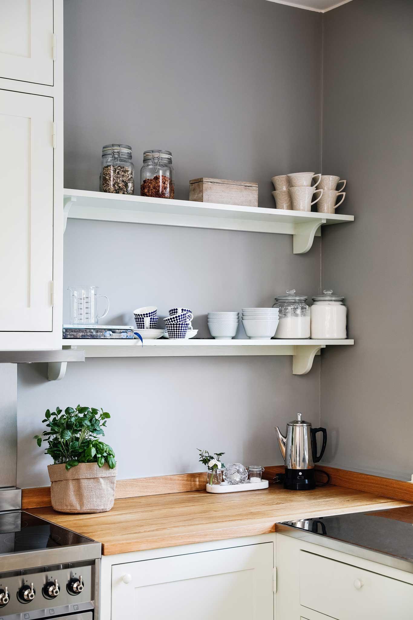 Köksinspiration hyllplan i ljusgrönt kök i Ekobyn från Skandinaviska Shakerkök