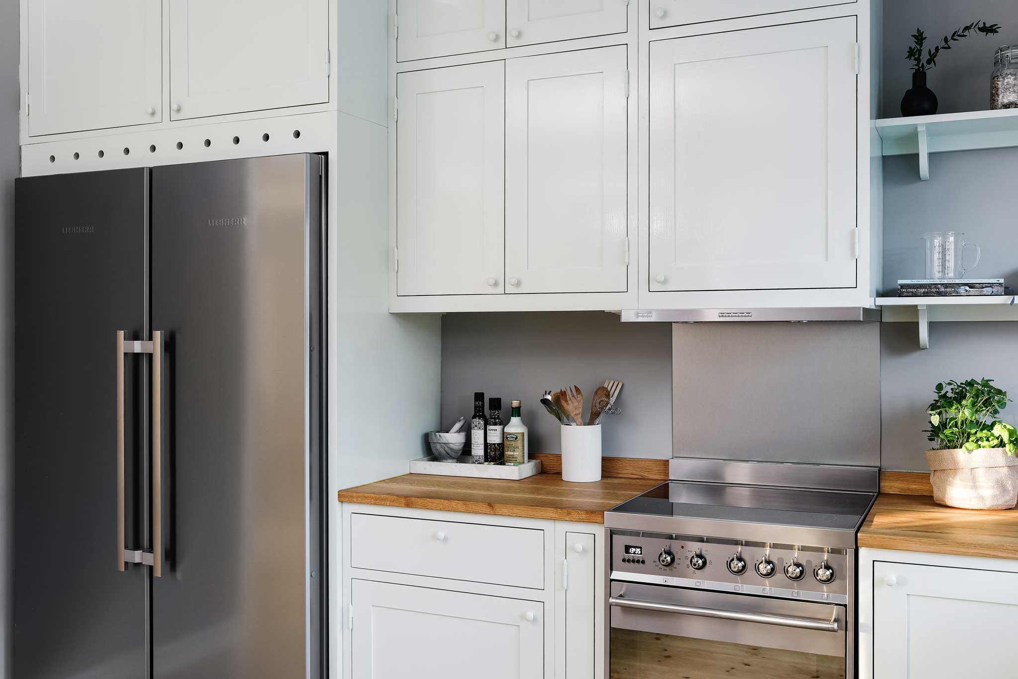 Köksinspiration kyl och frys i ljusgrönt kök i Ekobyn från Skandinaviska Shakerkök