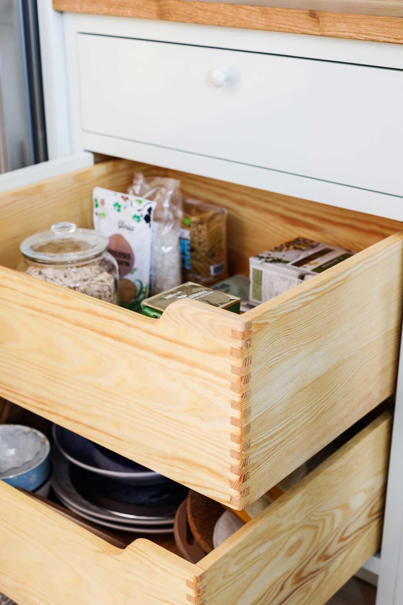 Köksinspiration lådor i ljusgrönt kök i Ekobyn från Skandinaviska Shakerkök
