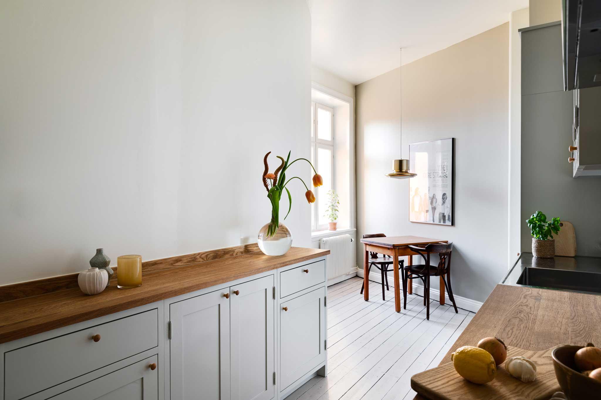 Köksinspiration serveringsgång ljusgrått kök i majorna från Skandinaviska Shakerkök