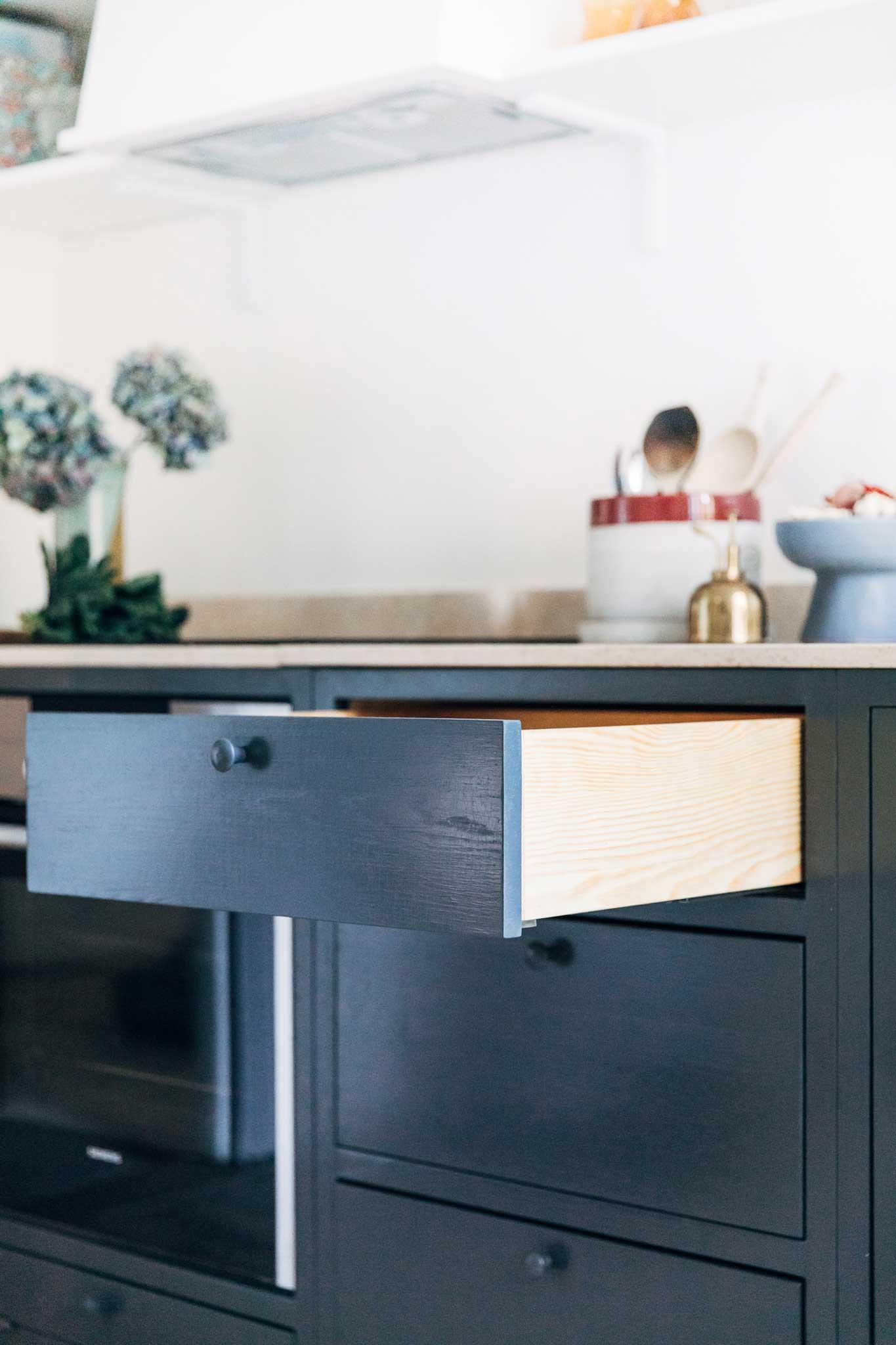Köksinspiration utdragslåda Blått Kök på Mariatorget från Skandinaviska Shakerkök
