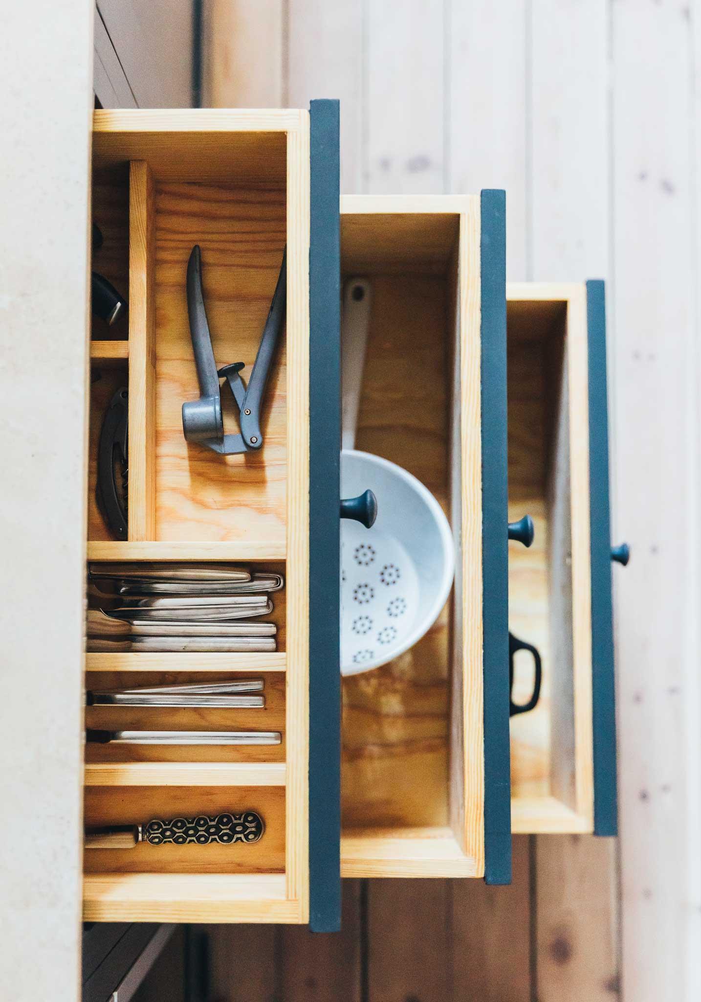 Köksinspiration utdragslådor Blått Kök på Mariatorget från Skandinaviska Shakerkök