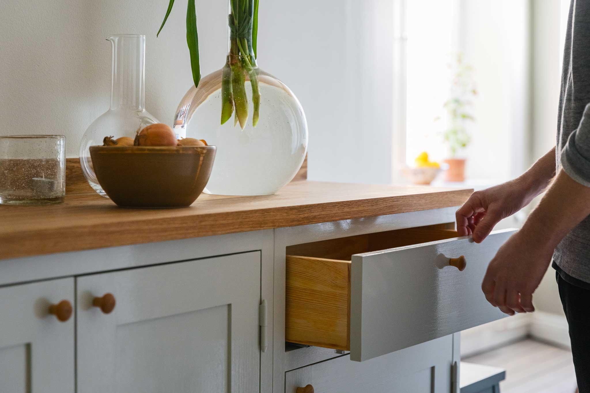Köksinspiration utdragslåda ljusgrått kök Skandinaviska Shakerkök