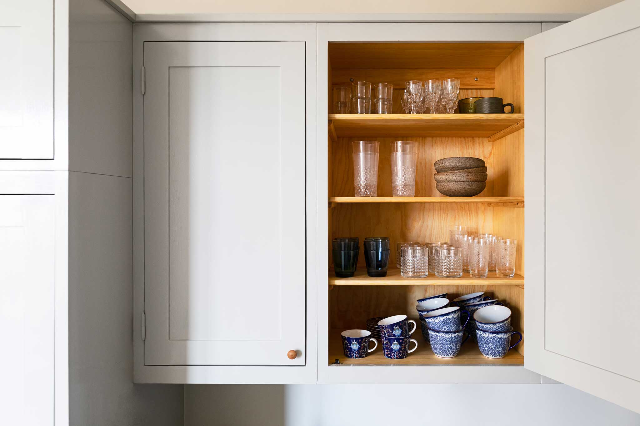 Köksinspiration väggskåp ljusgrått kök i majorna från Skandinaviska Shakerkök