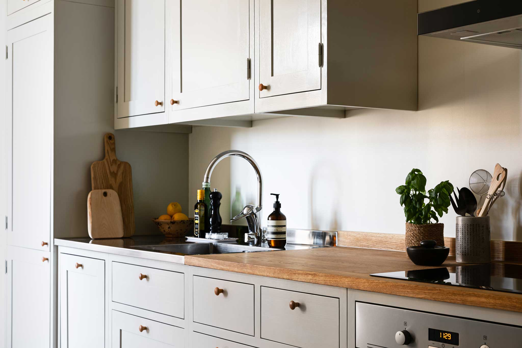 Köksinspiration vaskskåp ljusgrått kök i majorna från Skandinaviska Shakerkök 3